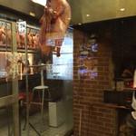 北京烤鴨店 - たくさんの北京ダックが振る下がっています。