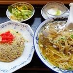 広東料理 獅子林 - 料理写真:半チャンラーメンセット 810円(8%込) ラーメンは軽く節が乗る鶏がらスープに細麺でまとまりの良い優しい味わい、チャーハンはとても香ばしく美味しい