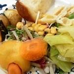 37000018 - ブッフェの野菜とパン