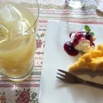 カフェ・スケール - マンゴータルトとグレープフルーツジュース