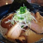 奉仕丸 - かつお油入りの魚介豚骨であろうと思われます。胃に優しい感じで、スープも気持ち良く飲み干せた。浜田山はそろそろ卒業してもいいかな、と思った。強烈なアタックとパンチはないけど、スープに手間かけてる味です。