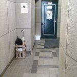 郷土料理と地酒のお店 稲穂 - お店の入口 ドアの右のエレベーターで2Fへ