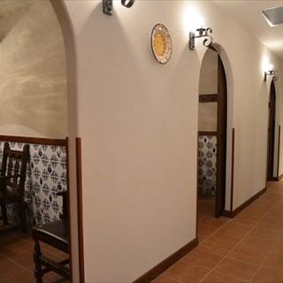 お洒落な店内とスペイン料理、大切な誕生日や記念日は個室で。