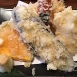 37033199 - 天ぷらもボリュームがあります、野菜中心だが海老も1本入っています