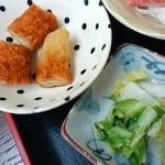定食や おかだ - 竹輪の煮物と漬物