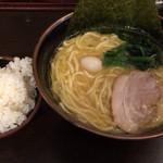 壱角家 - らーめん 味濃い目 アブラ多め 730円 サービスライス