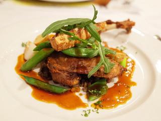 ラ・ブラスリー - メニュー プレジール(4650円)の鴨もも肉のコンフィ ローズマリーソース