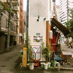 Neo Thai - お店の建物はめっちゃ細い