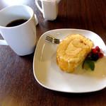ヒビキ カフェ - ケーキセット(ブレンド、ロールケーキ・レモン)