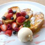 カフェ三菓亭 - べりーベリーフレンチトースト