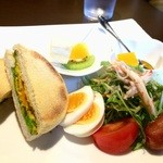 Cafe Nakamura - 南瓜とポテトのサラダのマフィン、野菜サラダとフルーツ、ゼリーが付いています