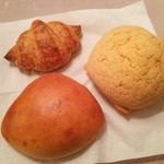 37059003 - クリームパン170円とメロンパン160円。    クロワッサンを食べた小学生の姪っ子が硬い…!と言っていました(買った翌朝)。でもすご~く良い香りだった^^♪