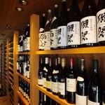 たら福 - 圧巻のワインセラーにはこだわりのワインと日本酒が多数ご用意♪