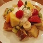 37065698 - 初来店のフレンチトースト。トーストさっくり、フルーツてんこ盛り