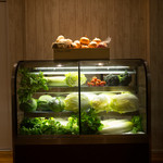 ナチュラル サプリ - 自慢のショーケースには、季節のお野菜が並んでいます!