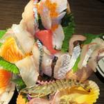 37073063 - 別名:3D海鮮丼と言うそうです(笑)。                       私にはお魚のパフェみたいに見えましたけど。                       数えてないけど、お魚の種類は何種類あったのでしょう?!