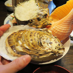 37073118 - 生牡蠣付きだったの?!                       と思ったら、魚の煮つけが入ってました(笑)。                       でも、丁度これが残った白ご飯のおかずになって良かったです♪