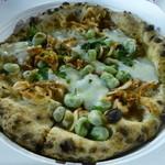 穂波街道 赤のイスキア - 空豆と桜海老とモッツァレラのピッツァ