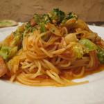 ビストロ・ラ・クッチーナ - 鶏モモ肉と辛いソーセージ 竹の子 春キャベツのトマトソース