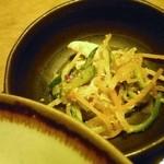 矗々家 - 小鉢は中華風鶏肉とくらげの和え物