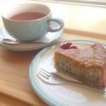 ケイズガーデンカフェ - ポピーシードケーキと紅茶。プチプチ食感が珍しいです(^_^)