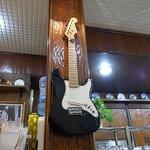 ロード - 2010/2月:マスターの趣味を映す壁のギター