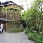 zafunatsuya - 中庭を通りガーデンレストランへ案内されます☆