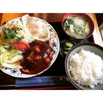 37096801 - ハンバーグ定食¥800 具沢山のお味噌汁にふっくらバーグ、お新香、おいしいごはん、目玉焼きまで付いています