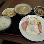 浜松屋食堂 - 【再々訪】目玉焼き、スパサラダ、納豆、豚汁