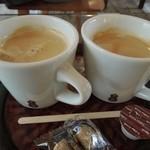 NARAYA CAFE - 左がカフェラテ・右がコーヒー