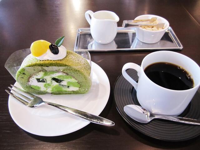 吉祥菓寮 祇園本店 - 茶の雫ロール 税込378円、スペシャリティコーヒー 税込486円。