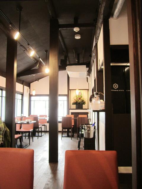 吉祥菓寮 祇園本店 - 2階のカフェ。高い天井の和風モダン