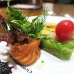 クレモンティーヌ・ビス - 日本各地から届いたこだわり有機野菜18種のプレッセ、スモークサーモンのブーケサラダ添え
