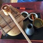 寿々女庵 - そば焼酎セット。蕎麦湯は柄杓ですくってコップに注ぎます