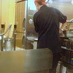 釜揚げうどん 水山 - 店の奥の右側がフライヤー、左が麺を茹でる釜