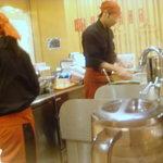 釜揚げうどん 水山 - 店の入り口側は炒め物などの調理代とレジ