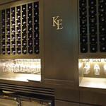 ケンゾーエステイトワイナリー - カウンターのワイン・ラック