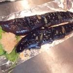 広島流お好み焼き 秀 - なす焼き350円、醤油がかかって出て来る