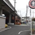 アジアン屋台 ミネマツ屋 - 愛知環状鉄道の高架下、奥が新豊田駅