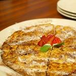 """セラフィーナ ニューヨーク - """"フォッカッチャ アラ ヌテラ""""  """"ディ セラフィーナ""""と同じく、薄焼きフォカッチャを上下カットし甘塩っぱいチョコレートクリームと スライスしたイチゴをサンドしたドルチェ。"""