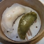 藤乃屋 - 左:海老蒸餃子 右:抹茶皮の蒸餃子(豚肉餡)