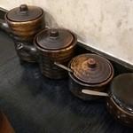 串とも - 調味料(左からソース、醤油、胡麻塩、からし)