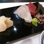 串とも - 刺し身盛り合わせ (マグロ、真鯛、白ミル貝)