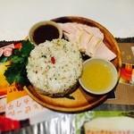 37130320 - カオマンガイ。鶏肉がジューシーでした。二種類のタレが美味。