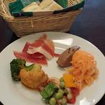 PAGO - ランチの前菜とパン
