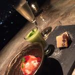 桜坂 ONO - 【水 物】 福岡県産あまおうのコンフィチュールとクリームチーズのアイスクリーム 桜のパウンドケーキ 八女産キウィ「甘熟娘」とコラーゲンのエスプーマカクテル
