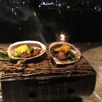 桜坂 ONO - 【強 肴】 季節の貝寄せ「春霞」  あわび肝と焦がしバター醤油、ミモレットチーズと共に 黒鮑 龍髭菜 スナップ豌豆