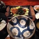 和心とんかつ あんず - とんかつ茶漬け1799円(茶漬け薬味、わさび・梅干し・辛子高菜)と漬物・味噌汁付