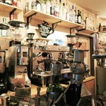 37136512 - かわいい~、これワインボトルホルダーだよ。                         珈琲マシンや他の調理用具と装飾品が見事にマッチして、                         素敵な空間が創り出されています。