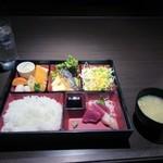 37136591 - ランチの松花堂御膳は松花堂弁当とお味噌汁と食後の飲物が付いて800円です。